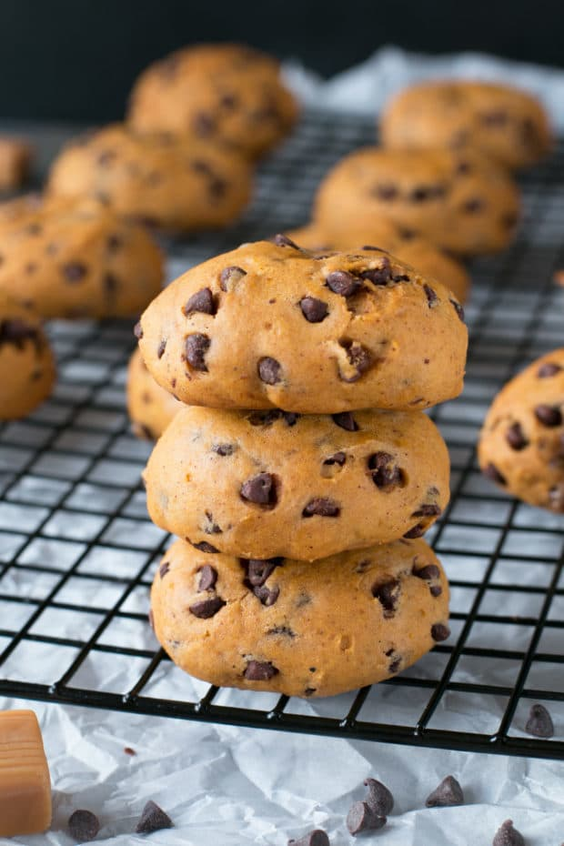 Caramel Stuffed Pumpkin Cookies | cakenknife.com #pumpkinspice #pumpkinpie