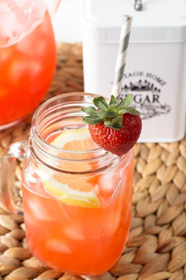 Vodka Strawberry Lemonade | cakenknife.com
