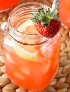 Vodka Strawberry Lemonade | cakenknife.com