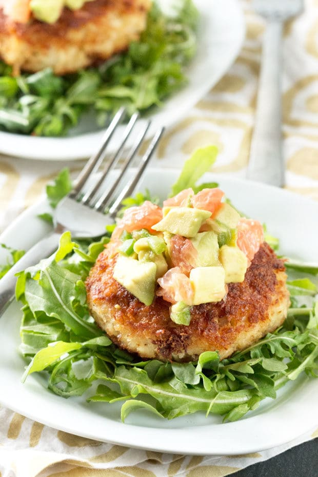 Crispy Crab Cakes with Avocado Grapefruit Salsa | cakenknife.com