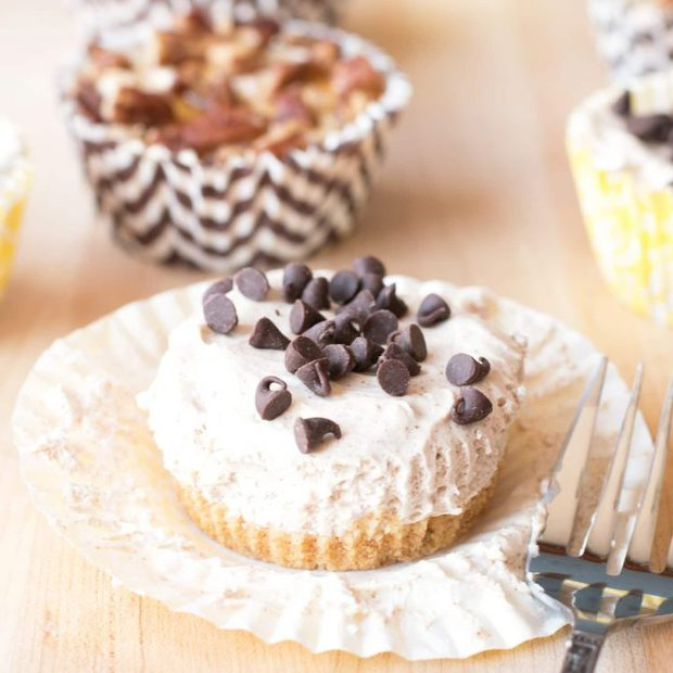 Mini No-Bake Pumpkin Spice Cheesecakes (with two different toppings!) | cakenknife.com