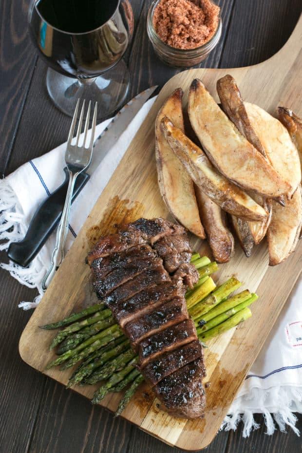 Spicy Bourbon Sugar Rubbed Strip Steak | cakenknife.com #steakdinner #beef #dinner