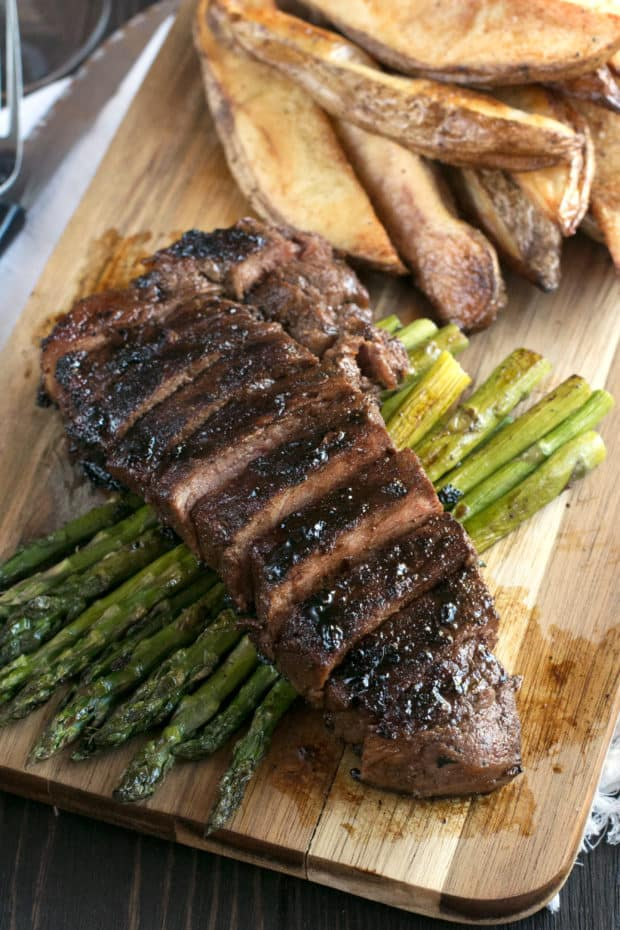 Spicy Bourbon Sugar Rubbed Strip Steak | cakenknife.com #steakdinner #beef #dinner
